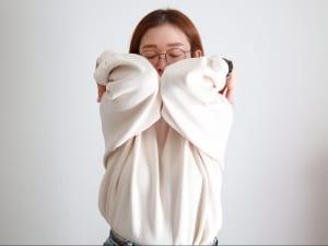 そのまま上に肘を持ち上げ、耳にくっつかせるように両肘を寄せます
