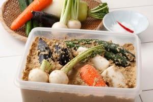 ぬか漬けとは、米糠を使って野菜を漬けた漬物のことです。米糠は、米を精白した時に出る川や胚芽成分のことです