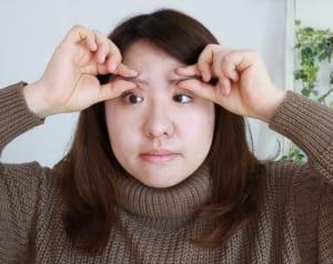 写真のように、眉毛を親指と人差し指で挟みます。眉頭を3秒間挟みます。一度、挟んでいる指の力を緩め、眉の真ん中あたりの位置にスライドして3秒間挟みます