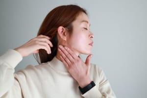 耳周りはグーの状態で進み、耳下から鎖骨にかけては手のひらでやさしくさするといいでしょう