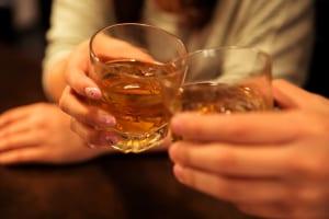 お腹が空いた状態でお酒を飲むと、アルコールが胃で分解されずに小腸ですぐに吸収され、肝臓で代謝されます