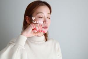 人差し指の第二関節部分で頬骨のキワから鼻方向に向かってもんでいきます。これを2回行いましょう