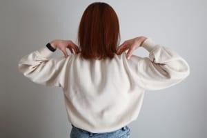 両手を肩の上に置いたら、ゆっくり肩を前から後ろに向かって大きく回します。前から後ろに肩を回す時に、ゆっくり息を吸いながら肘同士をくっつかせるように寄せましょう