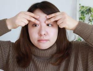 3回繰り返したら、人差し指と中指で眉を挟んで眉頭から眉尻までゆっくりとさすり、そのままこめかみまでスライドさせてこめかみを軽く押します