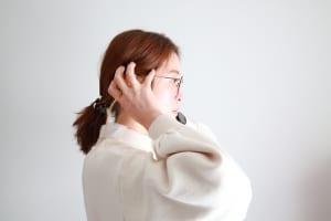 耳周りに5本指を置き、そこから頭頂部に向かってもみほぐしていきます