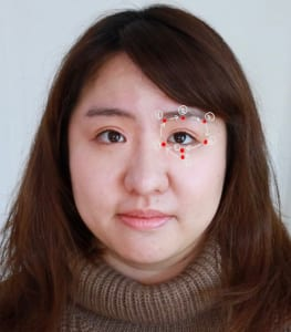 写真に記載されている順番で、つぼ押しをします。最初に、眉頭の内側を2秒ほど押したら、眉の真ん中までスライドして2秒押します