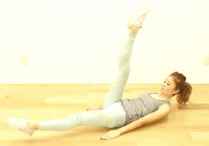 ゆっくりと息を吐きながら、左足を床ギリギリまで下ろします