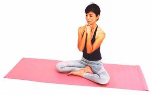 吐く息で両肘を下げながら胸の前でつけます。(2)〜(3)の動作を8回を目安に繰り返しましょう。慣れてきたら2セットに増やすと背中の筋肉も刺激され、二の腕や背中のムダ肉も引き締まってきます