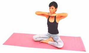 イスや床に座ります。指先を絡めたらあごの下につけ、両肘は肩の高さでキープします
