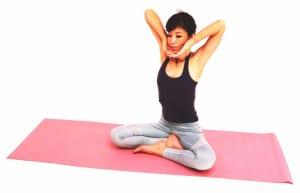 息を吸いながら両肘を頭の横まで引き上げ、脇腹、脇の下、肩甲骨を引き上げます。この時、お腹を腰に引き寄せた状態をキープして、背中が丸まったり反ったりしないように注意してください