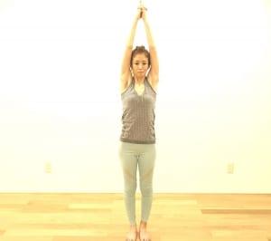 くるぶし→大転子→肩→耳たぶを一直線にそろえ、お腹を腰に引き寄せた姿勢=「タダーサナ(山のポーズ)」になります。