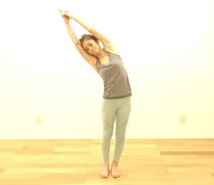吐く息とともに上体を右方向に倒します。左足で床を深くふみ、左体側をさらに深く伸ばします。左腕が顔の前に被らないように注意しましょう。