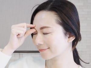 眉毛を親指と人差し指、または中指で上下に挟むようにして軽く揉んでいきます。目元の皮膚は薄いので、あまり強く引っ張ったり強くならないように注意してください