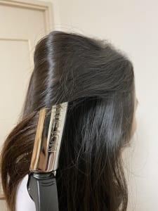 上下に分けたトップの方の髪の毛を、根本付近からランダムに巻きます