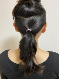 髪の毛全体にワックスをつけます。再度、こめかみから上(Aブロック)とこめかみから下(Bブロック)の2つに分けます。