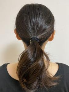 Bブロックの髪の毛を、仕上げたい位置で少し緩めに結びます。Aブロックの髪の毛を手ぐしでルーズにまとめたら、先ほど結んだBブロックの位置に全ての髪の毛をまとめて結びます