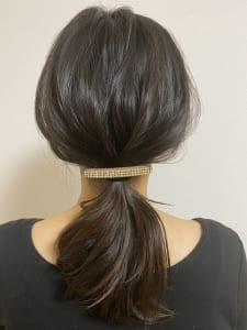 結んだ位置から、トップの髪の毛を少し引っ張りだします。頭の丸みにそって髪の毛を引っ張り出し、引っ張りすぎないように気をつけてください