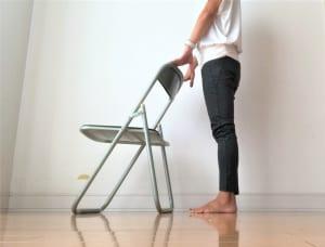 ストンとかかとを落とします。(1)〜(2)の動作を1日50回ほど行ってみましょう。身体に痛みがある場合は無理をせずに中止してください