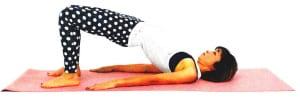 お尻を床からはなします。ひざから肩までが斜め一直線になるように、また、足のつけ根の鼠径部が伸びるようにして形を作ります。この時、かかとの上にあるひざが開きすぎないように注意しましょう