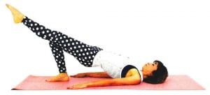 さらに左足をまっすぐ伸ばして5呼吸キープします。ゆっくり(1)の動作に戻り、反対の足も同様に動作しましょう