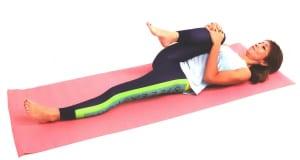 床に仰向けになり、右ひざを揺らしながらゆっくりと胸に近づけます。吐く息とともに腰を深く床に沈め、肩を下げてリラックスしましょう。お腹で深い呼吸を繰り返し、約1分ほどゆっくり腰やお尻のストレッチを深めます。