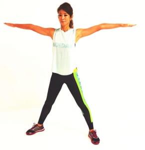 両手を肩の高さに伸ばし、手首の真下に足首がくるように足を大きく開きましょう
