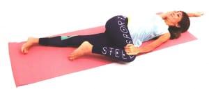 右手を頭の先に伸ばし、ひざを左側に倒します。この時、両肩が床から浮きすぎないように注意してください。約1分ほど、息を吸う度に伸ばした指先から軸足の左かかとを遠くにはなすイメージで脇腹を伸ばし、吐く度にひざをゆっくり床のほうに近づけストレッチを深めましょう