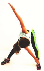 吐く息とともに、右手で左足をタッチします。この時、ひざを曲げずにタッチできる位置でOKです(徐々につま先につくように柔軟性も養ってください)。左手は天井方向にまっすぐ伸ばします