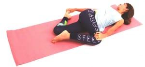 さらに、軸足の左ひざを曲げて、右手でつま先をつかみます。吐く息で右足のかかとと左足のつま先をお尻の方に近づけ、太もも前側からひざをゆっくりストレッチします