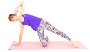 右ひざを床につけ、右手のひらを肩の下につけます。左足の親指を床につけ、左手は左耳にそえます。おへそやひざ頭が正面に向くように、腹筋と背筋を使い姿勢を整えましょう