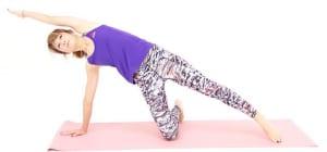 吐く息とともに左腕と左足を伸ばし、脇腹をストレッチします。8回を目安に丁寧に動作を繰り返し、反対側も同様に繰り返しましょう