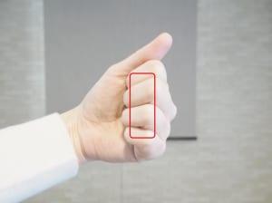 その場合、四指の第一関節から第二関節の間の面を頭皮にあてましょう
