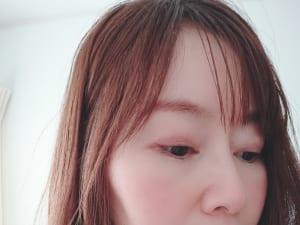 ピンクベージュなら、頬の高い位置にまるく入れても甘くなり過ぎません。リキッドとクリームチークの場合は、ファンデーションの前に入れることで自然に上気したような頬になり、さりげない色っぽさが叶います