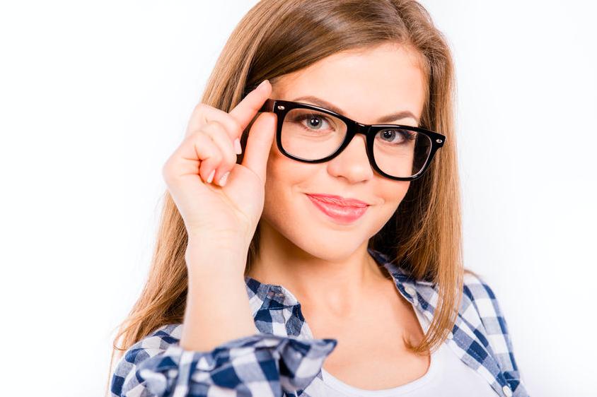 合わない眼鏡がシワを招く?目と肌の負担を軽減する眼鏡選び