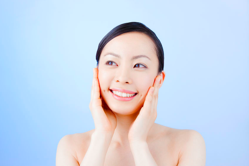 肌がパッと明るく!くすみを一掃する朝の簡単トーンアップ術