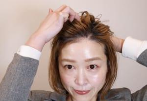 分け目をジグザグにすることで髪の毛の根本が立ち上がりやすくなります。一度、オールバックにかき上げた後、利き手の指一本でジグザグに分けます