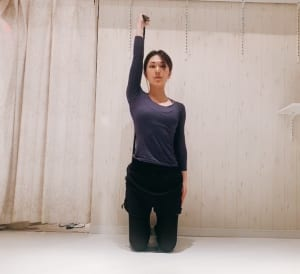 小指を天井へ持ち上げるように肘を伸ばします。肘は伸ばしすぎると脱力してしまうので、伸ばしきる一歩手前で伸ばし終えることがコツです