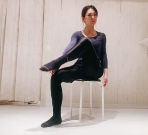 イスに座った状態で、片足を持ち上げてかかとの内側やスネの内側をタッチします。この時、上げている足と同方のお尻へ、しっかりと体重を乗せてください。骨盤を少し後ろに倒してもOKです