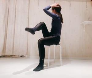 後頭部を手でサポートしながら肘とひざをタッチするようにツイストします。床に置いている足は、しっかりと床を押すように意識しましょう