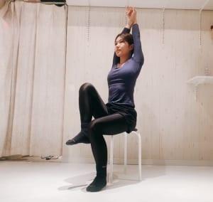腕を絡ませて肋骨を持ち上げるように、背筋をスッと引き上げましょう。1秒間に片足ずつ素早く持ち上げ、下ろします。これをリズミカルに1分間行ってください。お腹が燃えるように熱くなってくるかもしれません