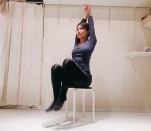 腕を絡ませて肋骨を持ち上げるように、背筋をスッと引き上げましょう。1秒間に片足ずつ素早く持ち上げ、下ろします。これをリズミカルに1分間行ってください。お腹が燃えるように熱くなってくるかもしれませんが、筋肉に効いている証拠です