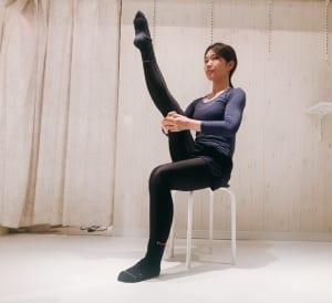 余裕がある方は、さらにひざを伸ばしてみましょう。違和感を感じず痛すぎない程度に伸ばすようにしてください