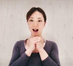 写真のように両手を組み、両方の親指でアゴ先を押し上げるようにそえます。「ら」の発音の時のように、上あごに舌を押しあてましょう。この時、骨を押し上げるくらいのイメージで力強く押し上げることがポイントです。あごやフェイスラインがキツいと感じるかもしれませんが、30秒キープしてください