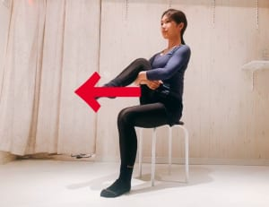 片足を持ち上げ、もも裏を手で抱えます。この時、足で矢印の方向へ押すエネルギーと手で自分の方へ引き寄せるエネルギーを同時に使いましょう。股関節周辺の筋肉が伸びながらトレーニングされている感覚を味わってください。