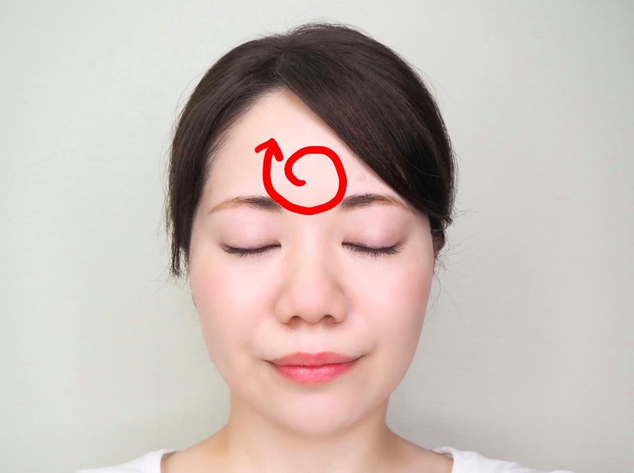 (2)円を描くように、くるくるとのばします。
