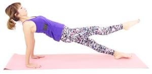 右足をゆっくり床からはなし、筋力アップを目指しましょう。ゆっくり足を下ろし、反対側も同様に実践します。これを1セットとし、一度お尻を床に戻して3セットを目安に動作を繰り返してください