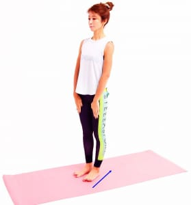 目を開けて太ももに手をそえて、ゆっくり後ろに押しながらかかとに体重をのせます。つま先が浮いてくるので、つま先は床につけ直します。この動作で、かかととつま先(親指側、小指側)に均等に体重をのせ直しましょう