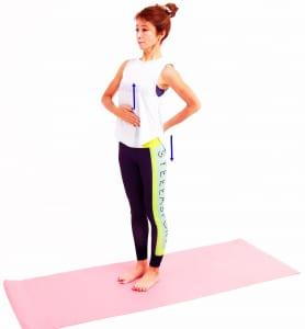 そのままお腹や胸を上に伸ばすようにし、腰は下に下げるようにして骨盤をニュートラルな状態にしましょう。腰が反る感じがしますが、もともと腰は前傾しているのでこの動作で体幹部の姿勢を確認します