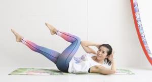 仰向けになり(背面が痛い場合は、マットかバスタオルを下に引くようにしてください)、手で頭を支えます。右足を伸ばし左足のひざを90度になるように曲げて、曲げているひざの内側に左肘を息を吐きながら近づけます。身体をねじるようなイメージです
