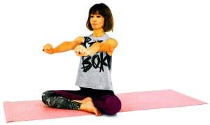 イスや床に座ります。両手を前に伸ばし、息を吸いながらげんこつ(グーの形)を作ります